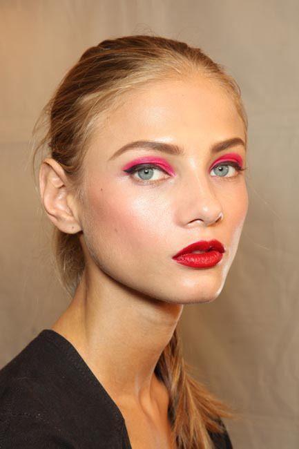 delineado negro con sombra rosa viva y labios rojos maquillaje trendy