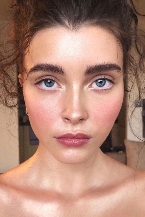 maquillaje con mejillas rosadas