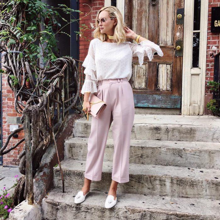 chica con pantalones amplios a la cintura, mocasines y blusa blanca