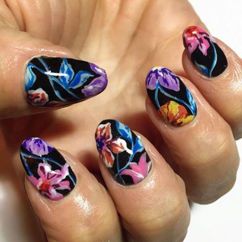 uñas negras con flores de colores