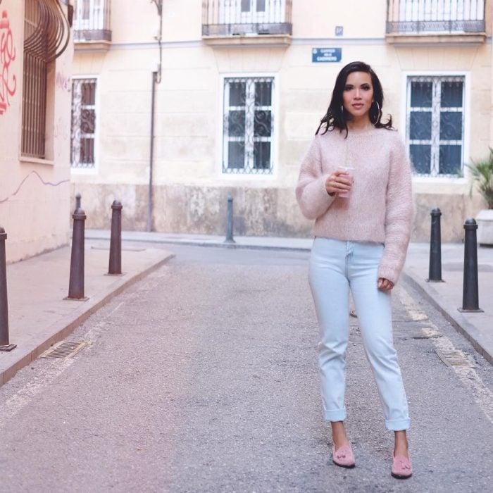 chica con pantalones de mezclilla, sueter esponjoso rosado y mocasines rosas