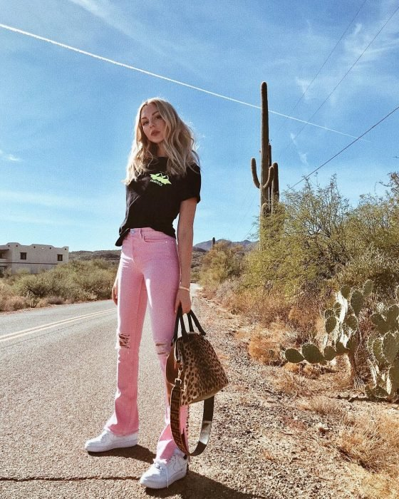 Chica con pantalones rosas y blusa negra