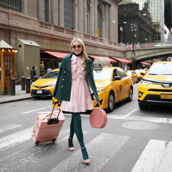 chica con vestido rosa pastel y abrigo combinado con medias verde esmeralda