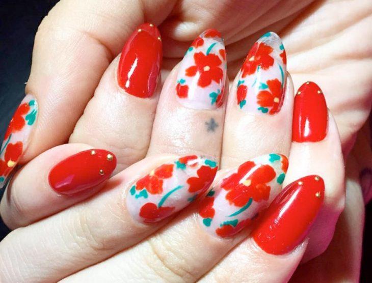 uñas con flores rojas