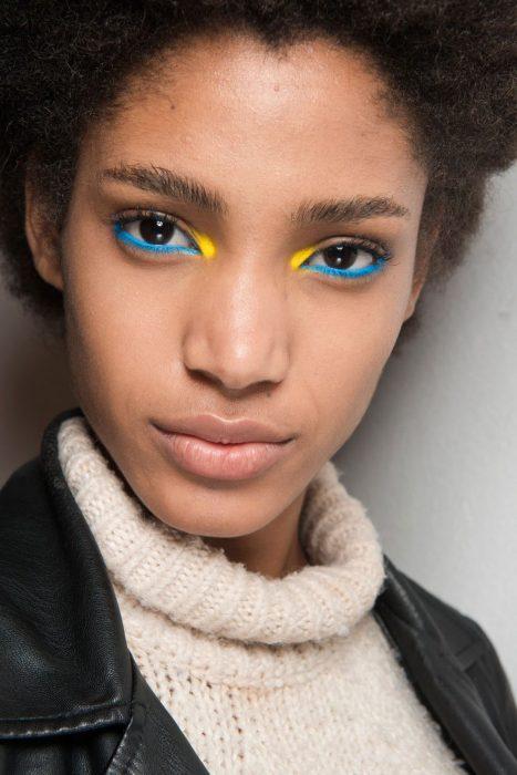 delineado en azul y amarillo