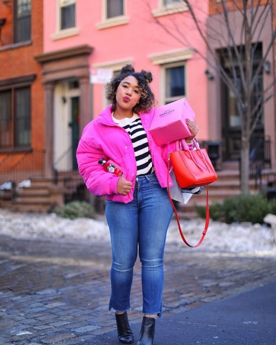 chica con chamarra rosa oscur y pantalones de mezclilla