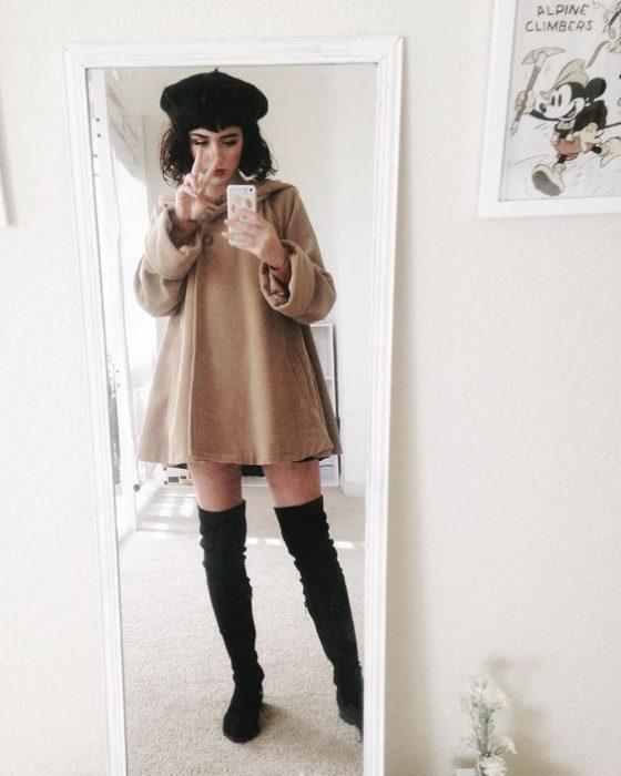 chica con botas encima de la rodilla y un abrigo capa camel