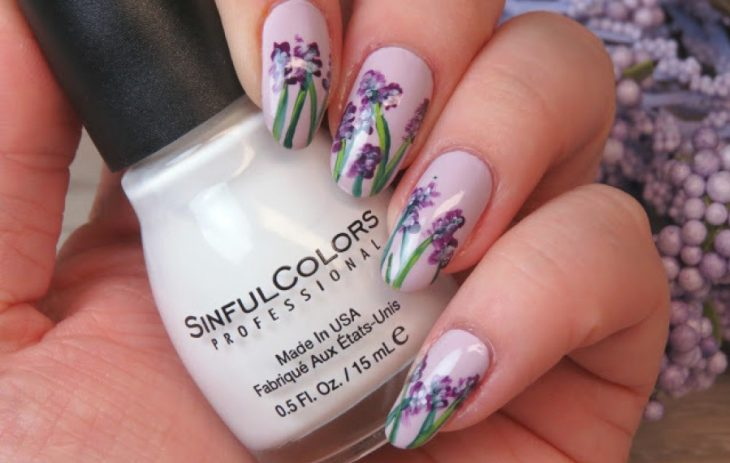 uñas con flores moradas