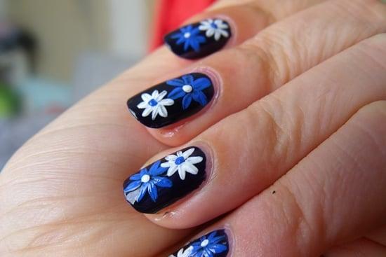 uñas con flores azules y blancas