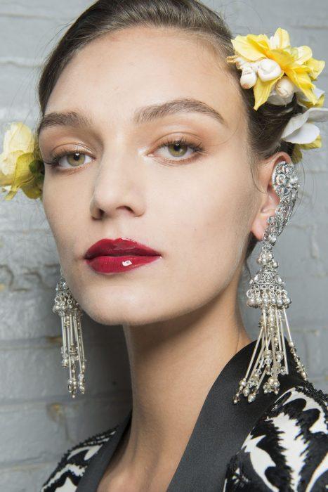 maquillaje con labios gloss de cereza