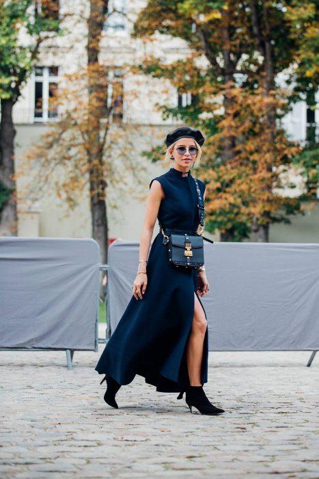 chica con maxi vestido botines y boina negra