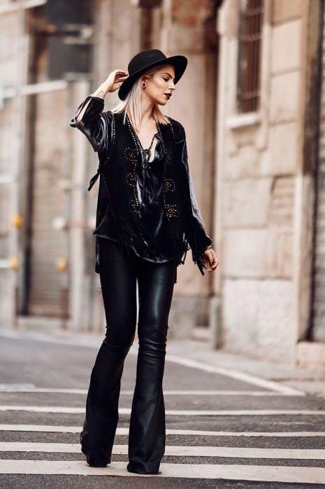 chica con estilo rockero pantalones de campana de cuero y chaqueta