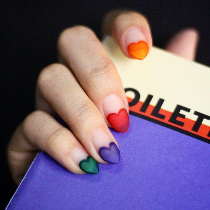manicura de uñas con puntas de corazón
