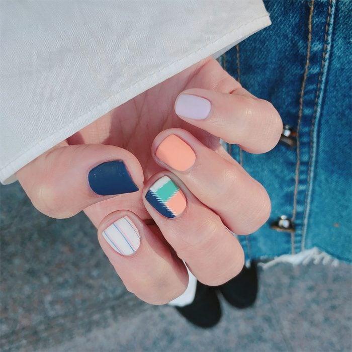 manicura de uñas con colores azul marino y rosa
