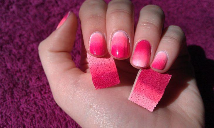 hombre de rosados con esponja