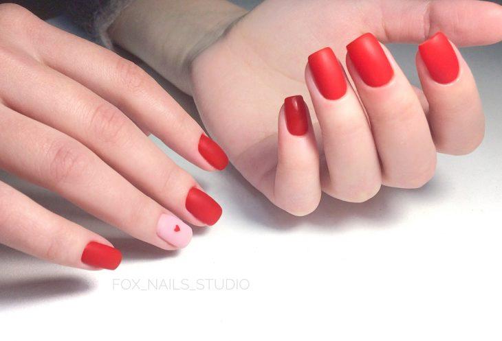 manicura de uñas color rojo con corazones