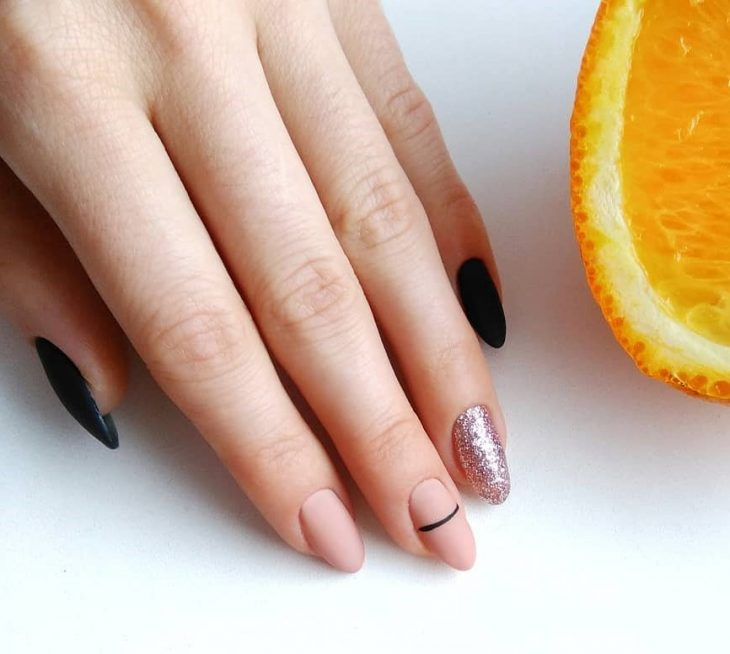 manicura de uñas con colores rosa y negro