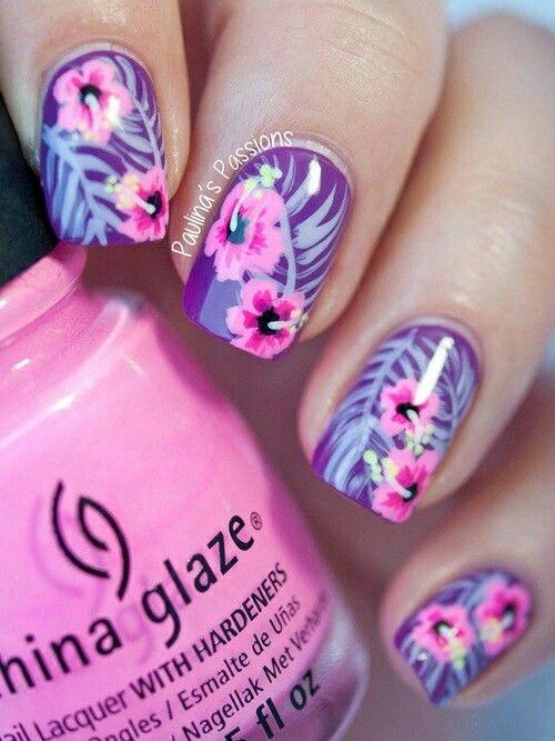 uñas violetas con flores rosadas