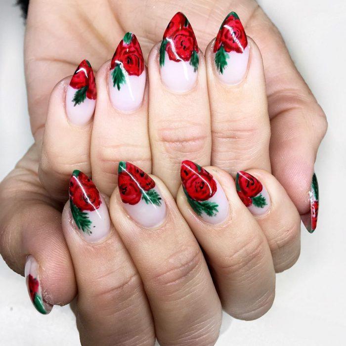 uñas con rosas y hojas verdes