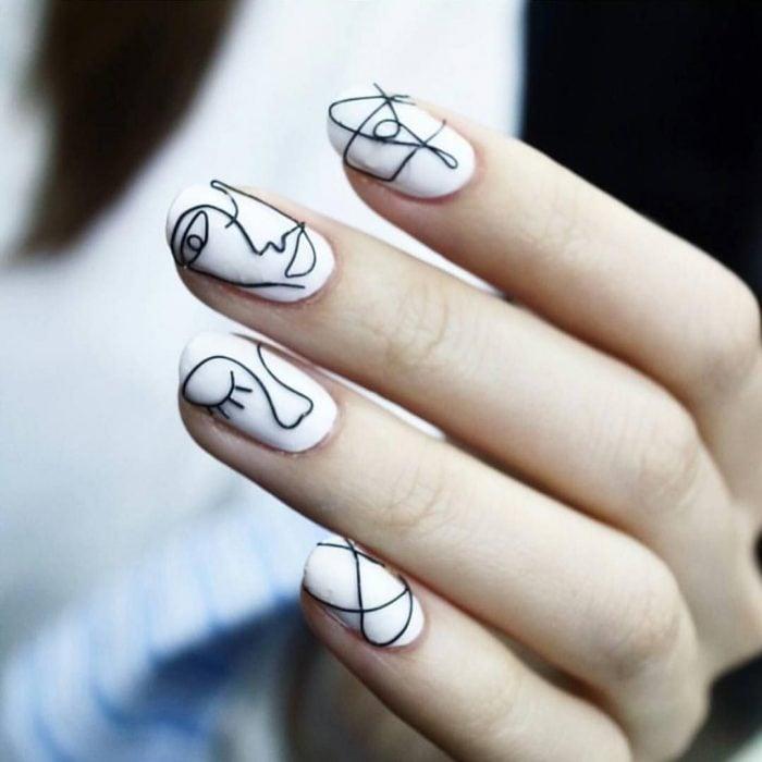 manicura blanca con figuras negras