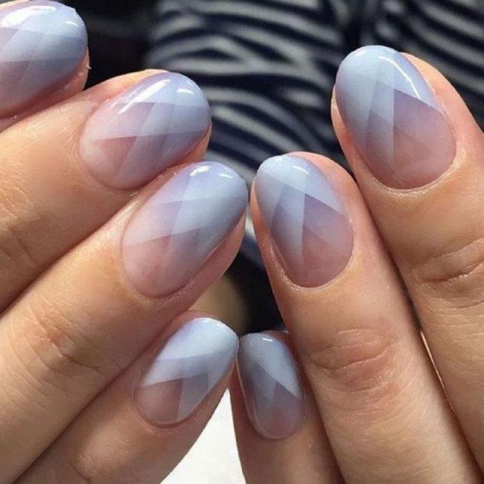manicura de uñas con figuras geométricas grises