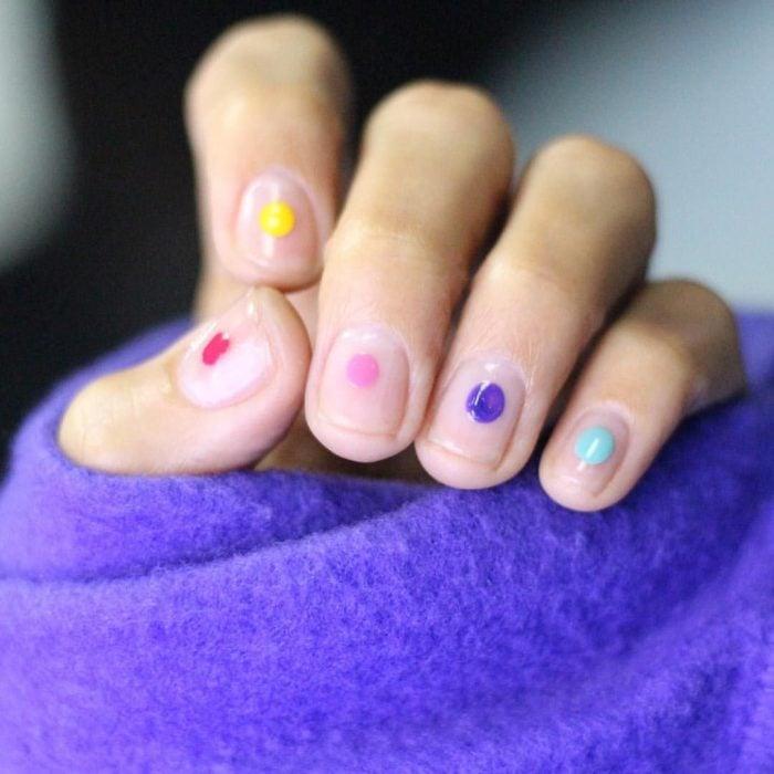uñas con puntos de colores