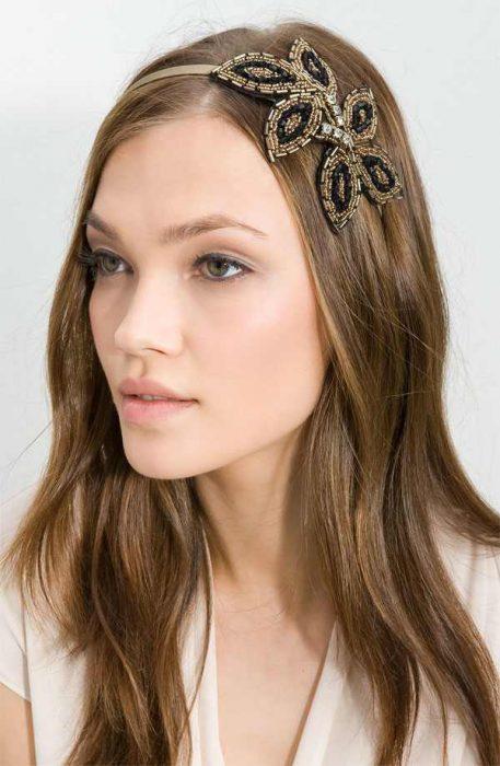 Accesorio para el cabello en forma de diadema con una flor lateral