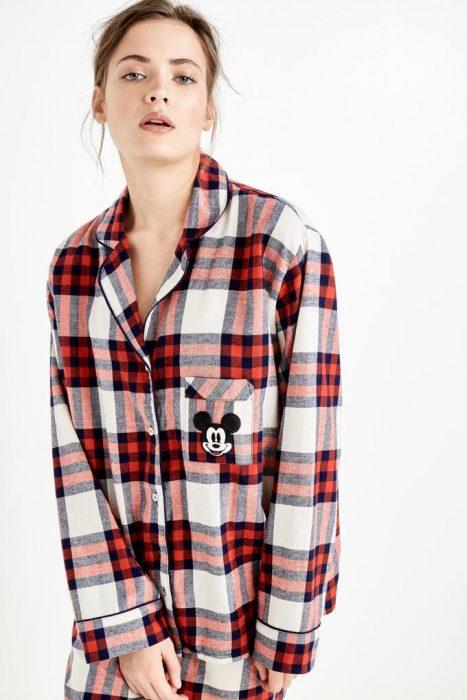 chica con pijama a cuadros