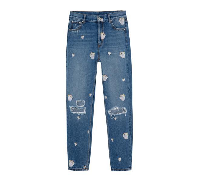 jeans de mezclilla con decoraciones de tazas