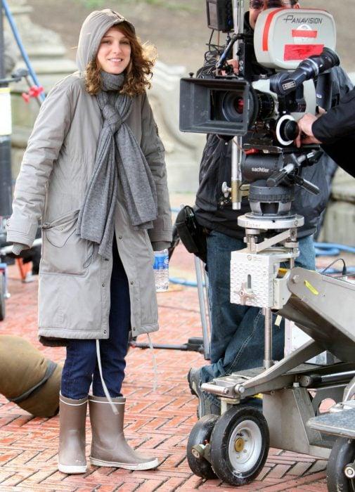Natalie Portman junto a una cámara dirigiendo una película