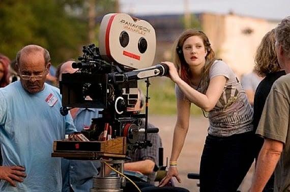 Drew Barrymore sosteniendo una cámara para filmar una película