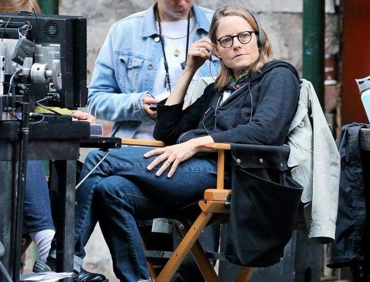 Jodie Foster sentada en una silla dirigiendo una película