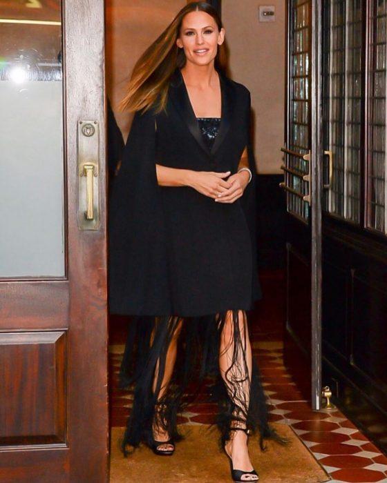 chica con vestido negro