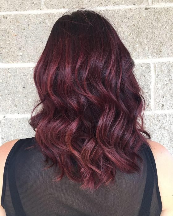 Chica con el cabello color rojo vino nueva tendencia de instagram