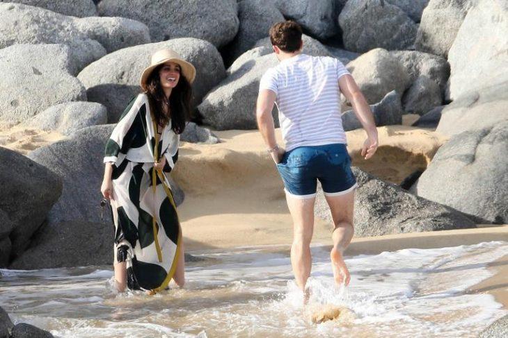 pareja de novios jugando en la playa