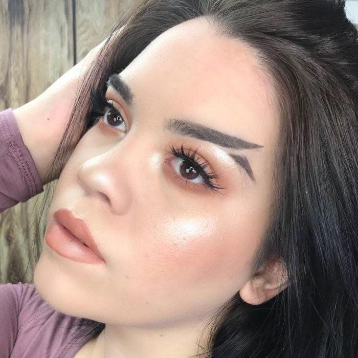 Chica luciendo sus cejas cola de pez en Instagram