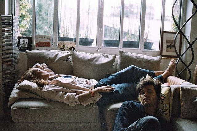 pareja de novios en la sala de su casa