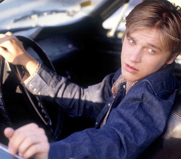 chico modelando dentro de un auto