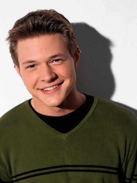 chico con sueter verde sonriendo