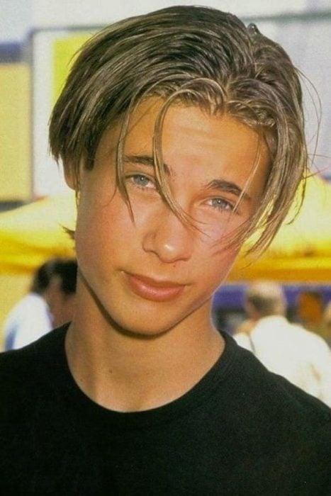 chico con cabello largo y ojos azules