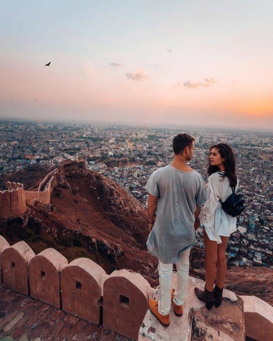 pareja de novios viajando