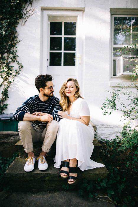 pareja sentada en el portico de su casa