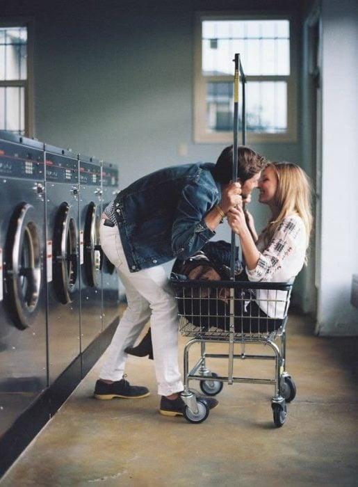 pareja de novios besándose en el centro de lavado