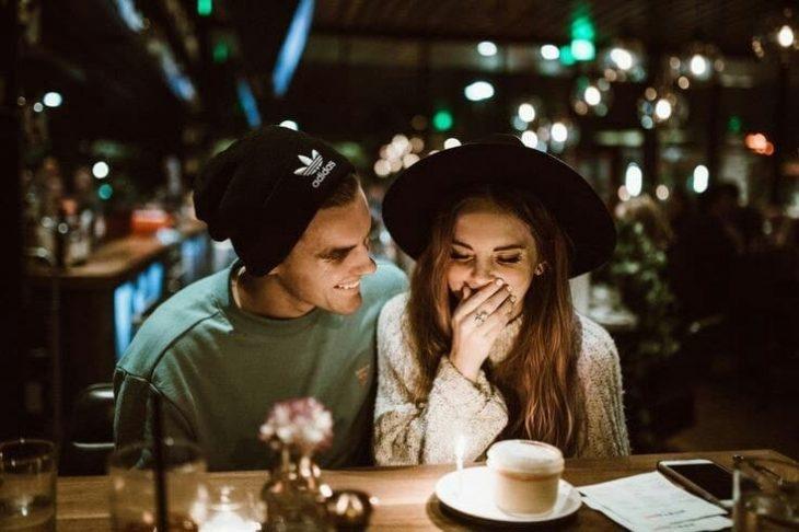 pareja de novios sonriendo y comiendo