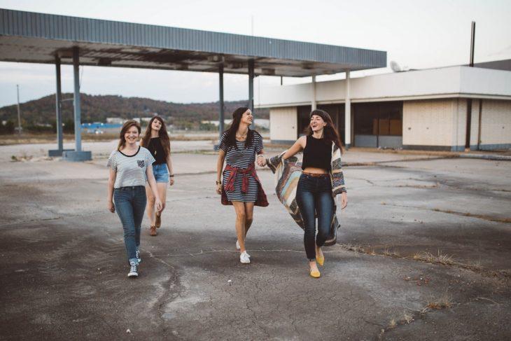 grupo de amigas riéndose al caminar