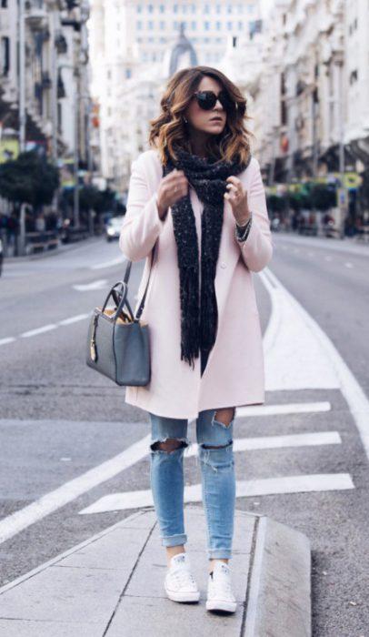 chica usando saco color rosa