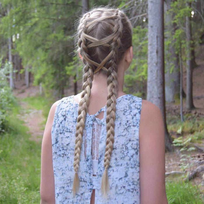 Chica usando unas corset baride pero en lugar de listón usa su propio cabello para tejer el corset