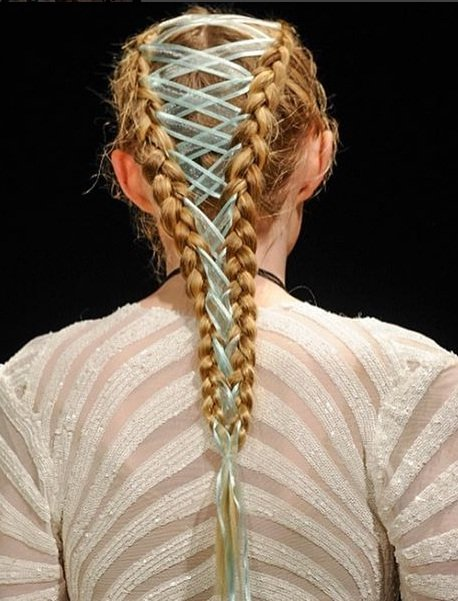 Chica usando unas corset braid en la semana de la moda de vancouver