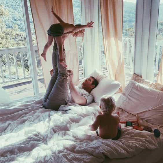 Hombre en pijama jugando con sus hijos