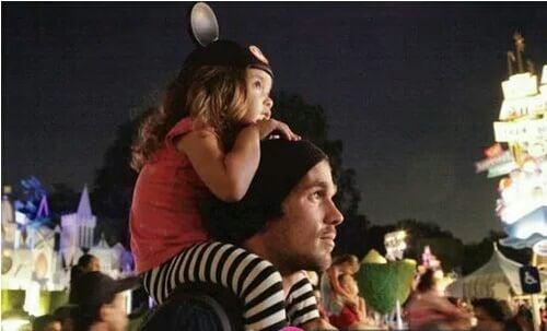 padre e hija en un concierto